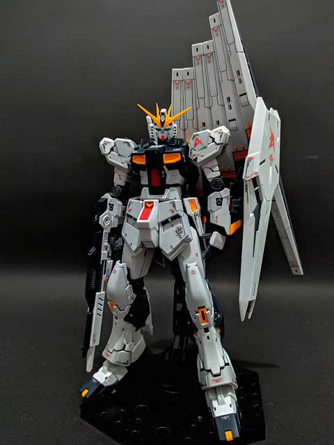 RX 93 v Gundam model kit